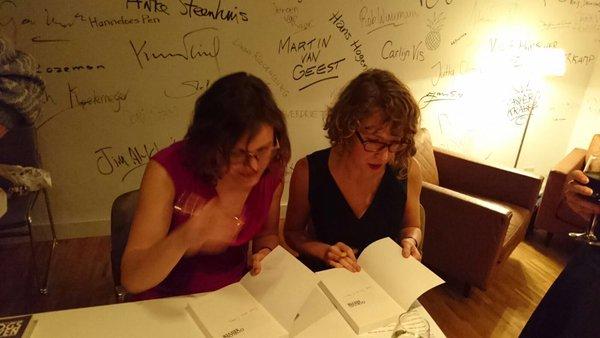 Nieske Vergunst en Lisanne Mathijssen signeren het boek Oorlogsbrieven